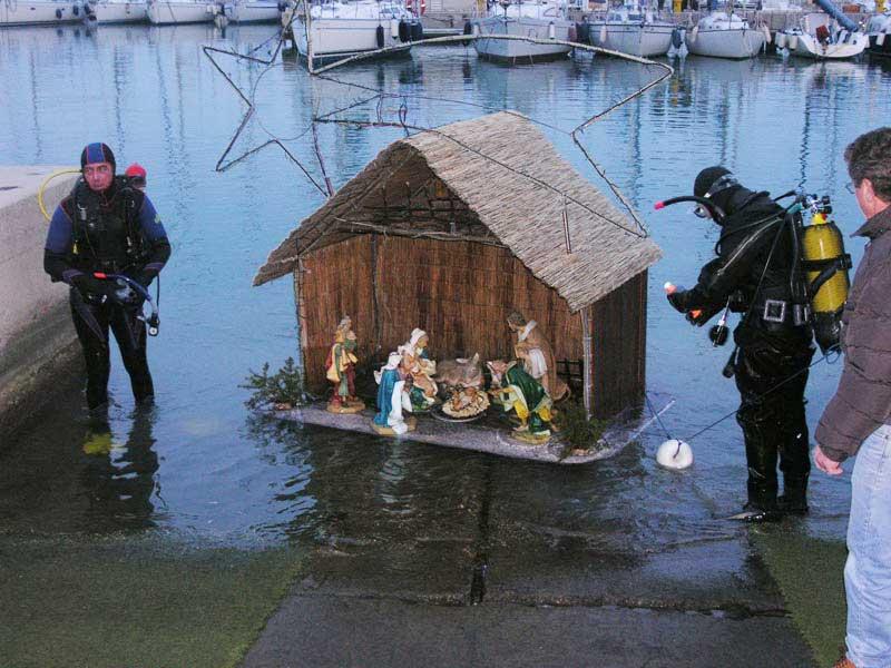 La capanna viene riportata sulla banchina di riva